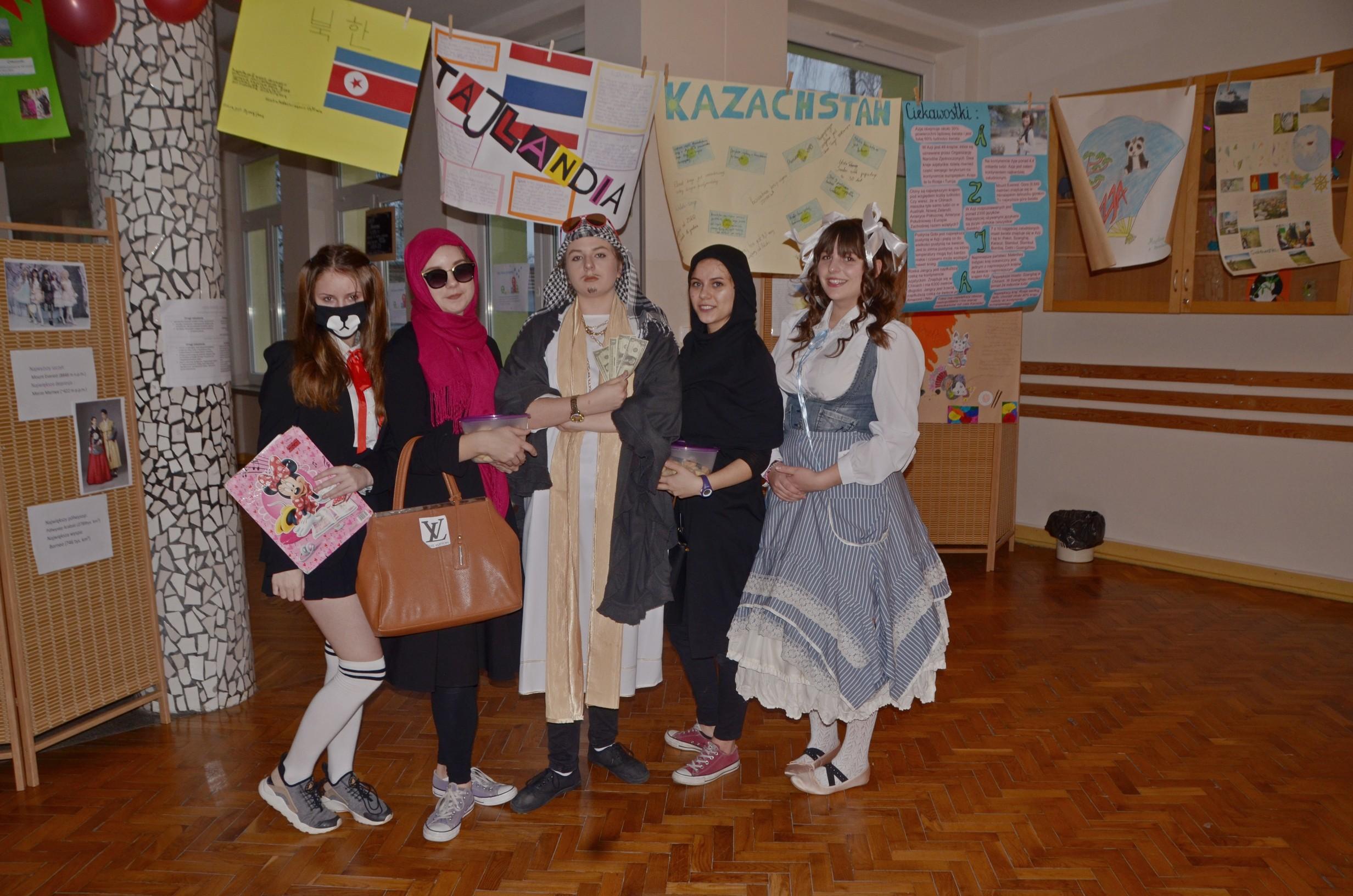 Azjaci na szkolnych korytarzach