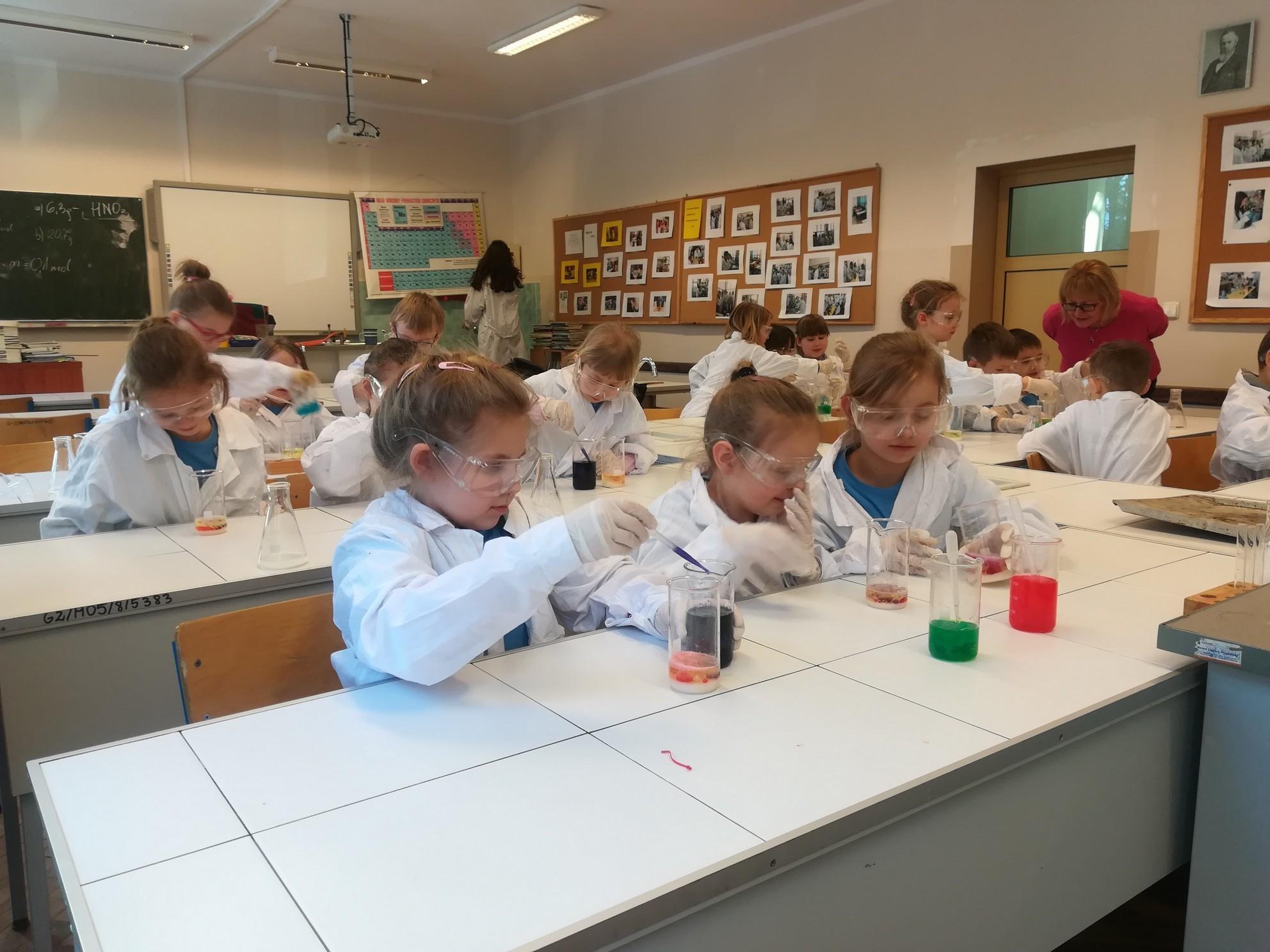 Pierwszoklasiści na zajęciach z chemii