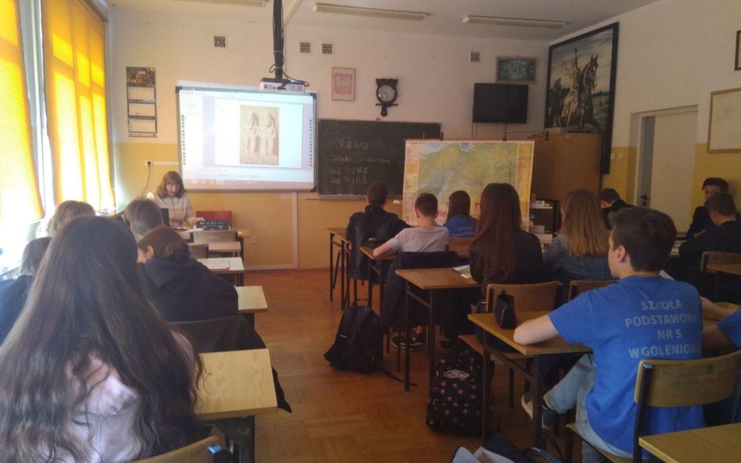 Klasa VII a na lekcji geografii w ZS1
