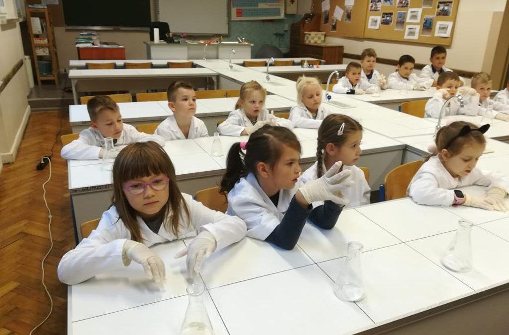 Klasa I b w pracowni chemicznej